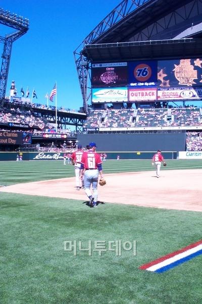 ↑ 2001년 박찬호가 LA 다저스 시절 마지막 해 처음으로 내셔널리그 올스타에 뽑혔을 때 경기가 열린 시애틀의 세이프코 필드이다. 장애인들을 위한 완벽한 시설을 자랑한다. 걸어나가는 뒷모습의 61번 선수가 박찬호이다.