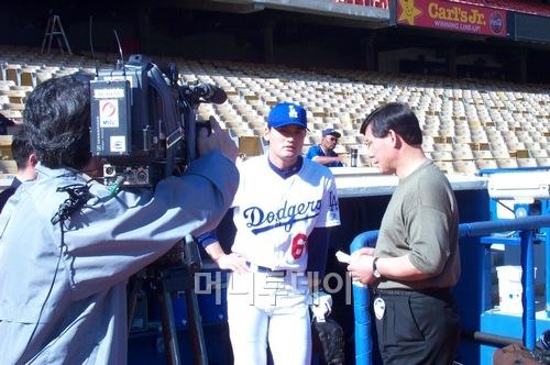 ↑ 박찬호의 LA 다저스 시절 MBC 허구연 해설위원이 덕아웃 앞에서 인터뷰를 하고 있다. 여기자들에게 클럽하우스가 개방 되기 전에는 여기자들이 선수를 인터뷰하는 것은 덕아웃 근처에서만 가능했다.