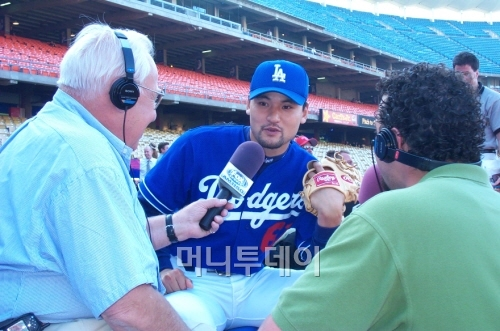↑ LA 다저스 시절 박찬호가 다저스타디움에서 인터뷰를 하고 있다. 박찬호가 이랜드그룹을 피터 오말리 전 LA 다저스 구단주에게 연결시켜줬다고 한다. 피터 오말리는 1994년 구단주 시절 박찬호를 한국인 최초의 메이저리거로 만들었다.
