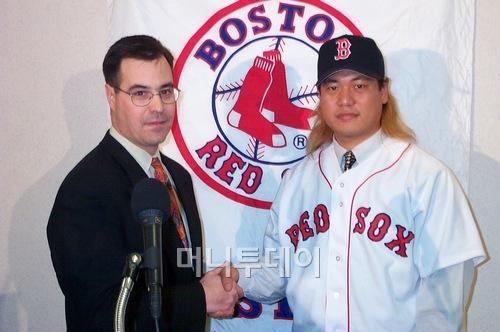 ↑이번에 혼이 나고 한국야구의 양대 기구인 KBO와 KBA에 사과한다는 글을 발표한 볼티모어의 댄 듀켓 단장(왼쪽)은 과거 보스턴 단장 시절부터 한국 선수에 관심이 많았다. 보스턴 시절 좌완 이상훈과 계약하는 모습이다. 보스턴과 볼티모어 모두 같은 스카우트인 레이 포이테빈트가 개입돼 있다. 레이 포인테비트는 자신이 스카우트한 몇몇 한국스카우트들과 갈등을 빚었다.