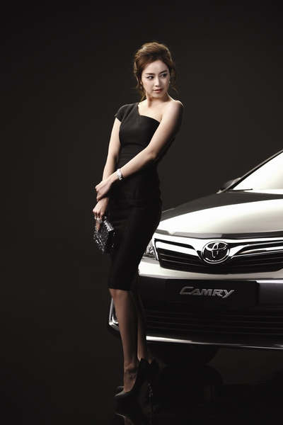 ↑톱스타 김태희가 올 1월 출시된  한국 토요타의 뉴 캠리 모델에 발탁됐다. 뉴 캠리는 미국 켄터키공장에서 생산돼 한국으로 수입·판매되는 미국산 모델이다.