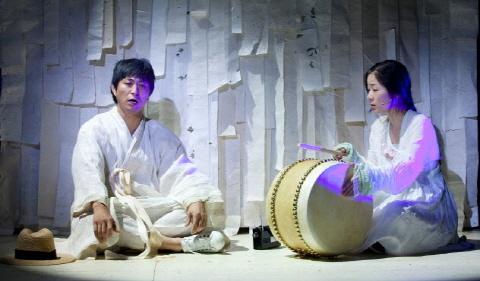 ↑ 고(故) 이청준 작가의 소설 '서편제'를 원작으로 한 동명 뮤지컬. 2010년 서편제 초연당시 공연장면.