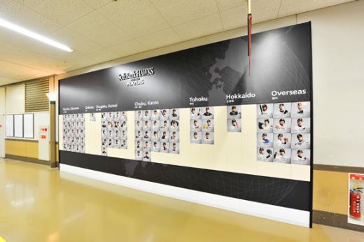 소프트뱅크 호크스는 홈구장인 야후돔 벽면 일부에 플레이어즈 코너를 신설, 훗카이도, 동북, 중부 · 관동, 관서, 시코쿠, 큐슈 · 오키나와, 해외 총 일곱 지역 출신 선수를 한눈에 볼 수 있게 했다 ⓒ소프트뱅크 호크스