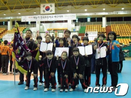 제17기 재능기 전국초등학교 배구대회에서 여자부 우승을 차지한 울산 덕신초등학교 선수들.  News1