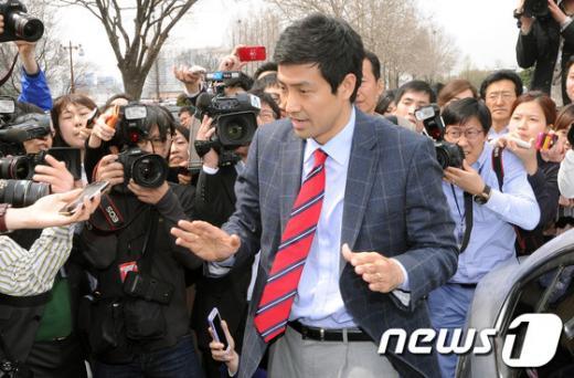 문대성 새누리당 당선자가 지난 18일 서울 여의도 국회의사당에서 기자들의 질문에 답변하고 있다. News1 이종덕 기자