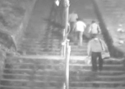 지난달 30일 오후 8시 10분경 바람산공원 입구의 계단을 오르는 범인들의 모습이 찍힌 CCTV 화면