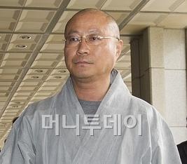 성호스님이 15일 서울중앙지검에 고발인 자격으로 출석하고 있다. 사진=뉴스1