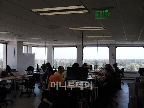 500 Startups 사무실은 칸막이 없이 모두 트여있다. 설립자이자 실리콘밸리 슈퍼엔젤인 데이브 맥클러(가운데 노란색 티셔츠 입은 사람)도 예외없이 테이블 한쪽 구석에서 일을 하고 있다. /사진=유병률기자