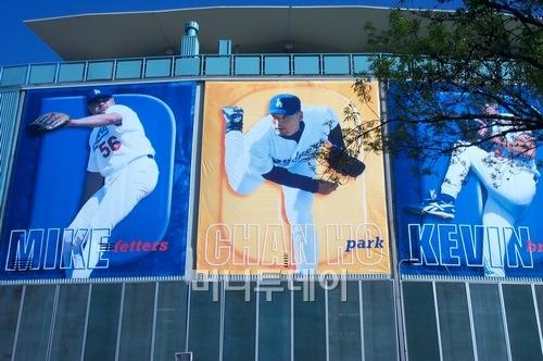 ↑ LA 다저스 시절 박찬호는 시즌 개막을 앞두고 항상 다저스타디움의 외벽을 장식하는 스타였다. 가운데가 박찬호. 왼쪽은 마이크 페터스, 오른쪽이 에이스 케빈 브라운이다.
