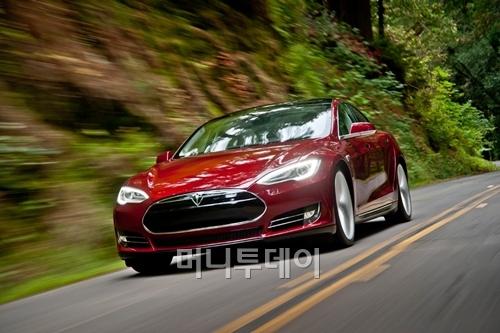 지난 6월 테슬라가 출시한 양산형 전기자동차 모델S. 한번 충전하면 426km를 갈 수 있다. <출처:테슬라 모터스>
