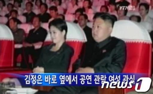 김정은 북한 노동당 제1비서가 지난 6일 모란봉 악단 시범 공연에 참석했을 당시 모습. ⓒ뉴스1