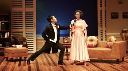 ↑연극 '댄스레슨'에서 국민배우 고두심과 호흡을 맞춘 신예 지현준(왼쪽)은 능청스러운 연기와 춤 솜씨를 발휘해 극에 활기를 더했다. ⓒCJ E&M