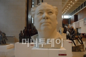 중국의 국가박물관 1층 로비에 전시돼 있는 마오저둥 전 주석의 두상.