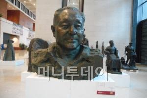 중국의 국가박물관 1층 로비의 마오저둥 두상 건너편에 전시돼 있는 덩샤오핑 전주석.
