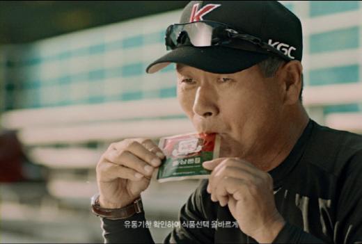 ↑KGC인삼공사의 정관장 홍삼 드링크 모델로 나선 김성근 감독