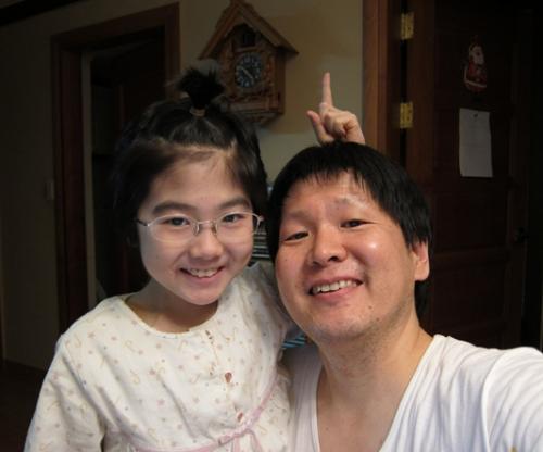 도희가 아빠 김정환씨(44)와 지난해 2월 집에서 찍은 사진. 당시 제대혈 이식 수술을 마치고 회복기에 접어든 상태였다.