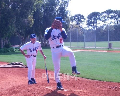 ↑ 박찬호가 1999년 LA 다저스 시절 스프링캠프에서 데이브 월러스 투수코치가 지켜보는 가운데 불펜 투구를 하고 있다. 플로리다 베로비치 다저 타운이다. 그 때 박찬호는 라이징 패스트볼이 주무기였다. ⓒ 머니투데이 자료사진