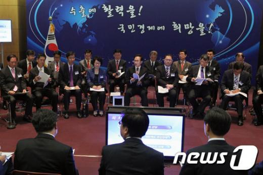 [사진]'제136차 비상경제대책회의' 참석한 李대통령
