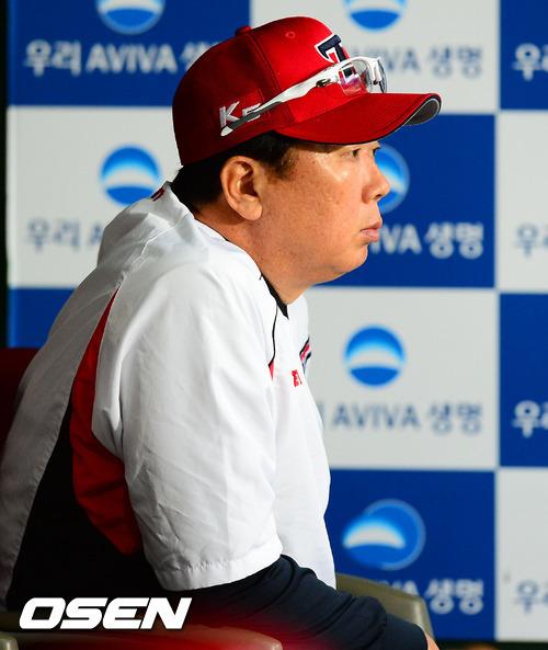 ↑선동열 감독을 영입해 다시 한국시리즈에 도전하고자 했던 KIA가 2012 페넌트레이스 5위에 그쳐 포스트시즌 진출에 실패했다. 선감독은 절치부심하며 권토중래를 약속했다. ⓒ 사진제공=OSEN
