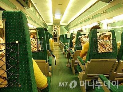 ↑KTX열차내 전경. 정면을 보고 가는 좌석과 뒤로 가는 좌석이 보인다.ⓒ송학주