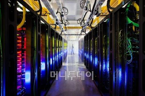 최근 구글이 '인터넷이 사는 곳'이라며 공개한 데이터센터 내부.