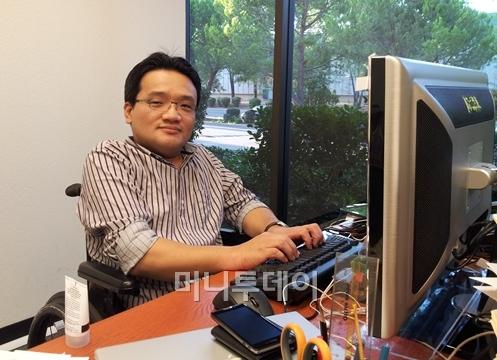 1990년 이찬진 사장이 한글과컴퓨터를 세웠을 때, 도스용한글에서 한글2002까지 개발을 주도했던 정내권(사진) 엠트레이스 대표. 그가 기업용 모바일 소프트웨어로 실리콘밸리에 도전하고 있다. 사진/ 새너제이=유병률기자