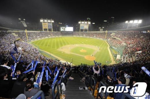 ↑ 2012 팔도 프로야구 한국시리즈 삼성- SK의 경기가 열린 서울 잠실구장. ⓒ사진제공=뉴스1<br />
