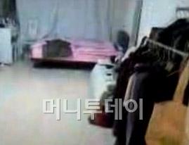 국정원 직원 김모씨가 공개한 집안. (동영상 캡쳐)