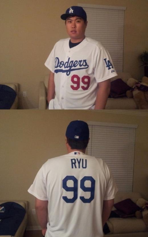 ↑ 한국인 최초로 포스팅시스템을 통해 메이저리그에 입성한 류현진(25)이 LA다저스 유니폼을 입고있다. 류현진은 다저스에서도 한국에서 달았던 등번호 99번을 그대로 달게됐다. ⓒ 사진= 류현진 트위터
