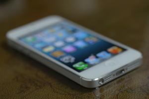 ↑크리스탈 다이아몬드로 비스듬하게 마감한 아이폰5 모서리.