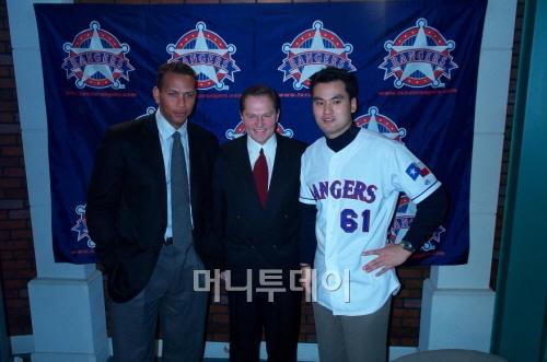 ↑ 박찬호가 2001년 12월 텍사스 레인저스 입단식을 마친 뒤 메이저리그 최고 몸값인 알렉스 로드리게스(현 뉴욕 양키스, 왼쪽부터) 그리고 에이전트 스캇 보라스와 나란히 했다. ⓒ 머니투데이 자료사진
