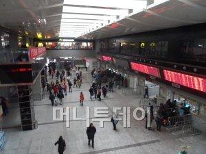 션양버스터미널의 매표소 모습. 1층이 매표소이고 승강장인 2층에는 맥도날드와 요시노야 등이 입점해 있다.