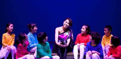 ↑뮤지컬 '요셉 어메이징'은 이야기의 맥을 짚어주며 관객과 소통하는 해설자의 역할이 중요하다. 해설자 역의 최정원이 어린이합창단원들과 노래를 하고 있다. (사진제공=쇼온컴퍼니)