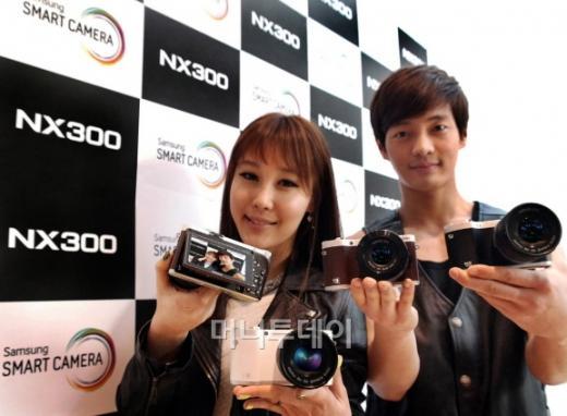 ↑ 삼성전자 NX-300 <사진=삼성전자>