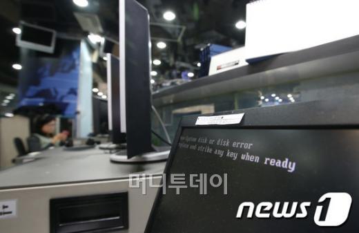 KBS와 MBC, YTN 등 주요 방송사와 신한은행과 농협 등 일부 금융사들의 전산망이 20일 오후 일제히 마비된 가운데, 서울 여의도 KBS 본사 보도국의 컴퓨터가 전산 마비로 작동하지 않고 있다. 2013.3.20/뉴스1