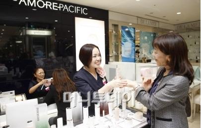 ↑긴자 미츠코시 백화점 아모레퍼시픽 매장에서 일본인 고객이 제품을 테스트하고 있다.