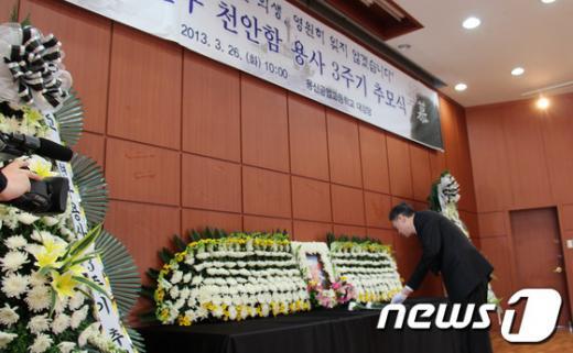 [사진]헌화하는 최완근 청장