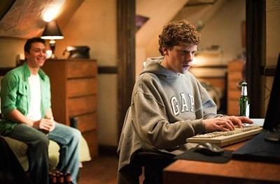 영화 속에서 주커버그는 대인관계에 미숙하고 컴퓨터에 미친 '너드(nerd)'로 묘사된다. 하지만 사실은 주커버그야말로 누구보다도 사람들의 마음을 잘 읽은 사람이었다. (ⓒ소셜네트워크 공식 홈페이지)