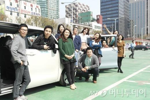 ↑쏘카 임직원들이 자사 공유차량을 배경으로 기념촬영하고 있는 모습.