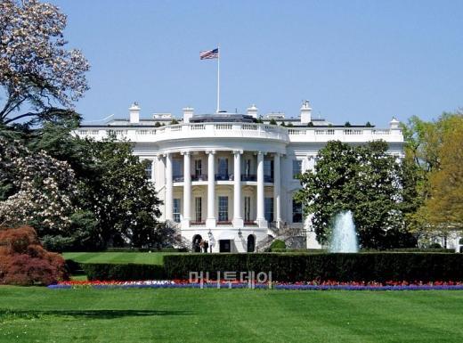 미 백악관에서 폭발물이 터져 버락 오바마 대통령이 부상을 입었다는 거짓 뉴스가 23일 AP통신의 트위터를 통해 전파돼 이날 뉴욕 증시가 한순간 크게 요동치는 사건이 발생했다. 사진=위키피디아<br />