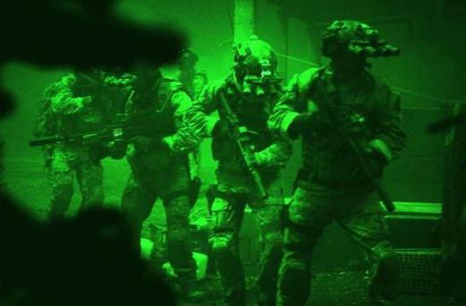 이 영화의 백미는 후반부의 빈 라덴 암살 작전이다. 빈 라덴을 사살하는 과정은 특수 제작된 야간투시경으로 촬영됐으며 음향 효과는 최소화돼 마치 현장에 있는 것처럼 느껴진다. 사진=제로 다크 서티 홈페이지