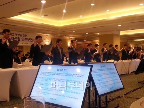 권오현 삼성전자 부회장(왼쪽 다섯번째) 등 전자·반도체 업체 CEO들이 '안전보건리더회의'에 참석해 결의문을 들고 선서하고 있다.