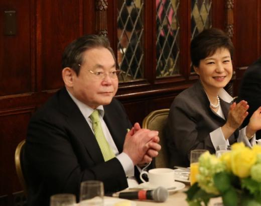 ↑ 이건희(왼쪽) 삼성 회장이 8일(현지시간) 미국 워싱턴 해이 애덤스 호텔에서 열린 박근혜대통령 (오른쪽) 방미 수행 경제인들과의 조찬에서 박수를 치고 있다.ⓒ사진제공= 청와대