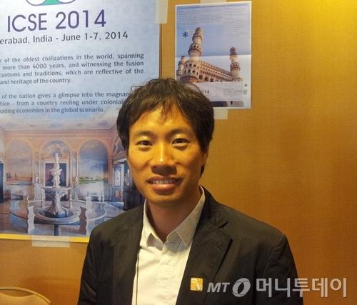 지난 24일(현지시간) 샌프란시스코 하얏트리젠시호텔에서 열린 ICSE 컨퍼런스에서 우수논문상을 수상한 김성훈 홍콩과기대 교수. /샌프란시스코=유병률기자  <br />