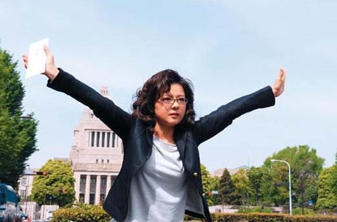 마유미의 엄마인 마리코는 과거로 돌아가 부동산 규제 정책을 저지하기 위해 세리자와 대장성 금융국장의 차를 막아선다./사진='버블로 고! 타임머신은 드럼방식' 홈페이지
