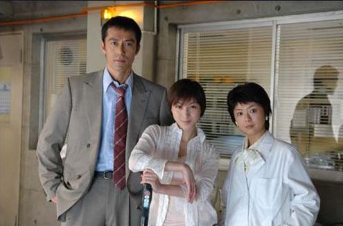 세탁기를 타고 1990년으로 돌아간 마유미(가운데)는 젊은 시절의 시모카와지(왼쪽)와 자신의 엄마를 만난다./사진='버블로 고! 타임머신은 드럼방식' 홈페이지