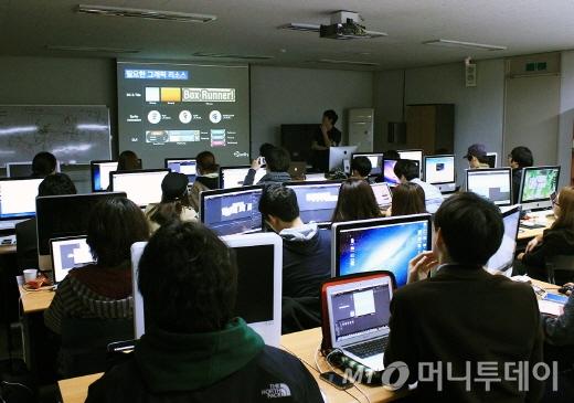 서울시립대 산업디자인과 교육 프로그램을 진행하고 있는 지국환 에반젤리스트/사진제공=유니티코리아