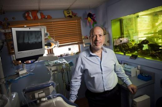뉴욕 도브스 페리에서 치과병원을 하고 있는 마크 저커버그의 아버지, 에드워드 저커버그. 그는 마크 저커버그의 어린 시절 직접 아타리 800을 이용해 프로그래밍을 가르쳤다. /사진출처:LA타임스
