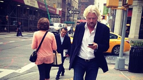 청바지는 나이 들수록 잘 어울리는 것 같다. 스마트폰을 보며 길을 걷는 이 사람은 세계적 항공사 '버진 아틀란틱' 등 300개 계열사를 거느린 버진그룹의 리처드 브랜슨 회장. 링크드인 팔로우 숫자만 200만명이 넘는다. /사진:링크드인