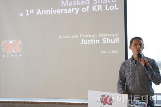 LoL 한국 출시 1주념 기념 행사에서 '신바람 탈 샤코' 제작과정을 밝히고 있는 라이엇게임즈의 저스틴 셜 프로덕트 매니저/사진제공=라이엇게임즈코리아